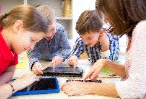 34765209-教育、小学校、学習、技術と人のコンセプト---タブレット-pc-コンピュータ